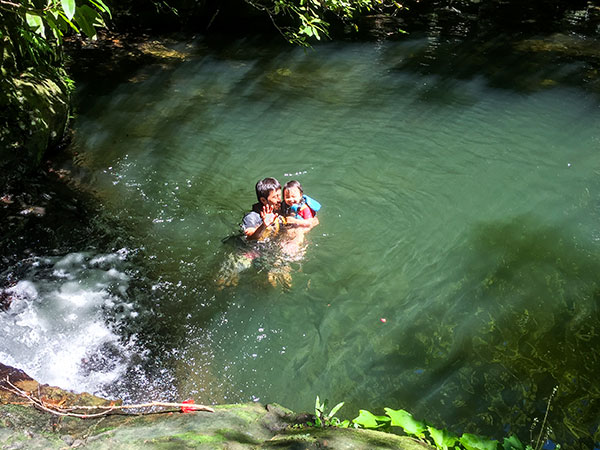 とーちゃんと自然のプールで遊ぶ