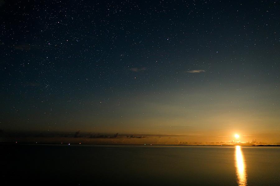 満天の星空と月
